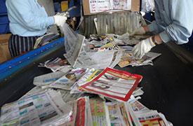 お使いになった紙(新聞・雑誌・段ボール等)は、様々なルートをとおり、金澤紙業にやってきます。 この中から紙以外のもの(ビニール・プラスチック等)を取り除く選別作業をします。