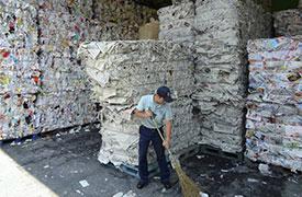 不純物を取り除いた新聞は、大型プレス機により「キューブ状態」に梱包し、製紙メーカーに運送します。(製紙メーカーの状況は次の機会にアップします。)