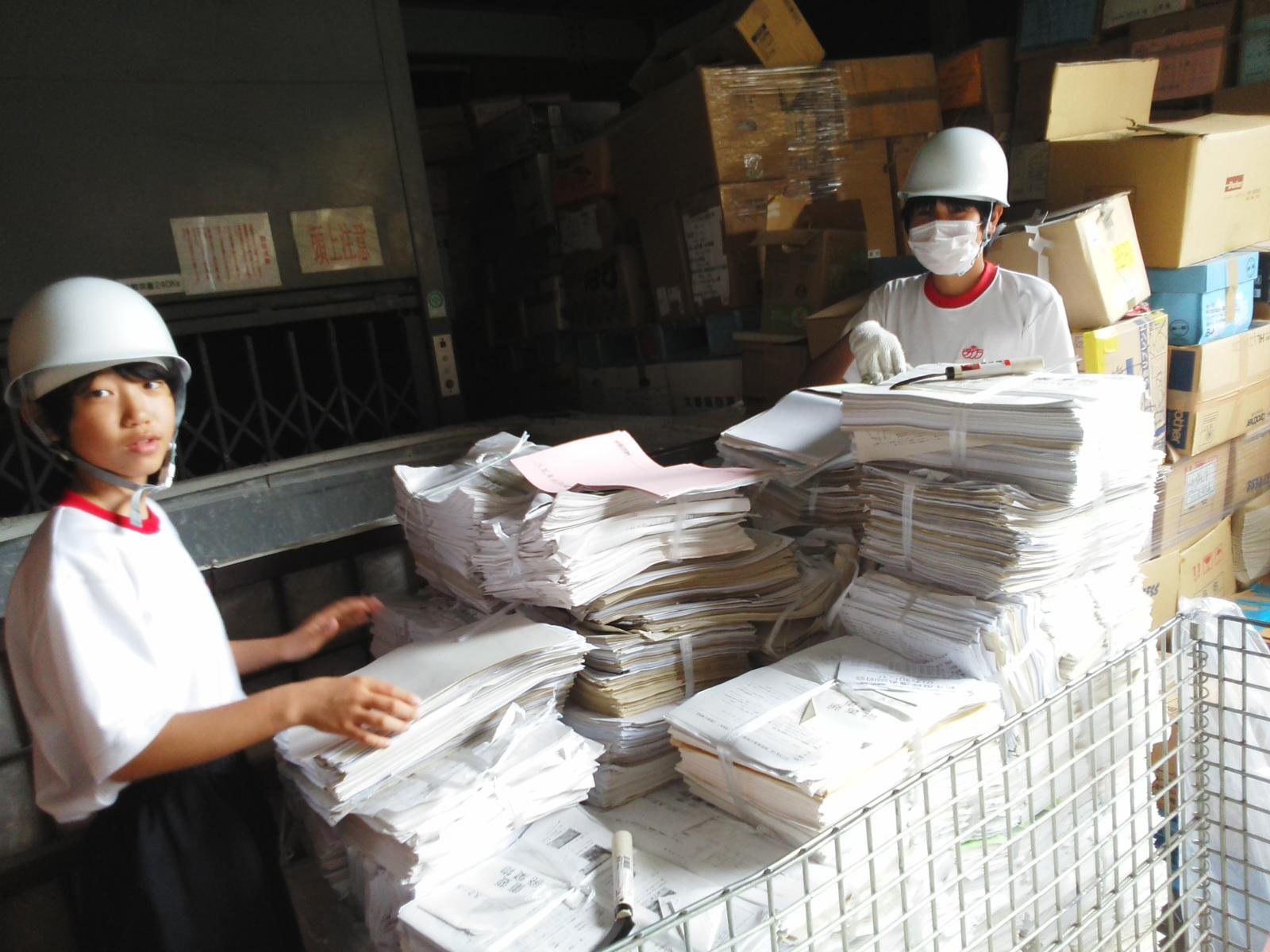 こちらは会社で出た事務系の紙。白い紙に再生されるものとそうでないものを選別します。